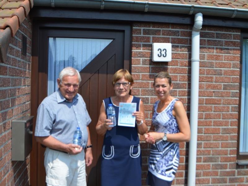 Woonassistente Peggy Van Dijck biedt verkoeling aan Jan De Keuster en Rita Lauryssen, bewoners van een bejaardenwoning op 'Het Erf' in Hoogstraten.