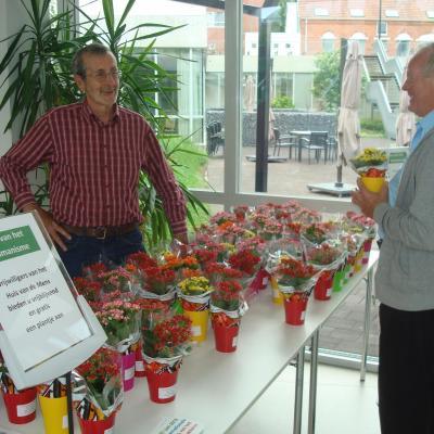 bezoeker cafetaria krijgt een plantje tijdens dag van het humanisme