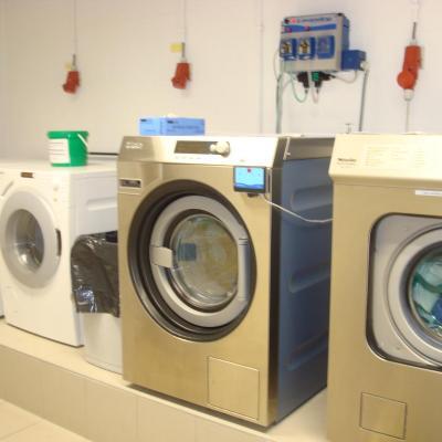 Twee wasmachines en twee droogtrommels in het wassalon